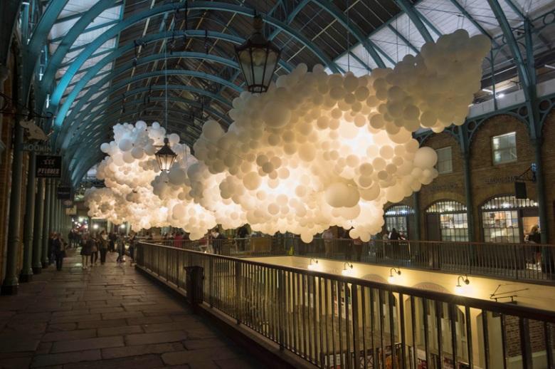 charles-petillon-heartbeat-100000-white-balloons-covent-garden-designboom-01