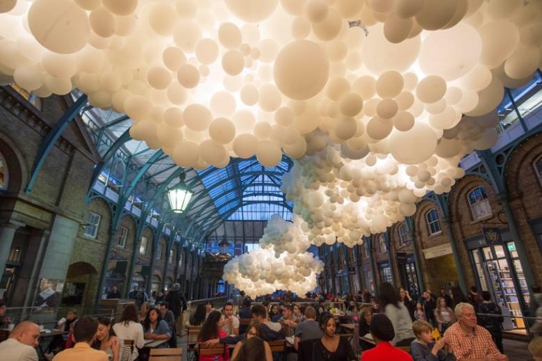charles-petillon-heartbeat-100000-white-balloons-covent-garden-designboom-04