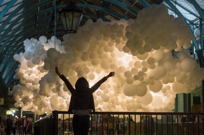 charles-petillon-heartbeat-100000-white-balloons-covent-garden-designboom-06